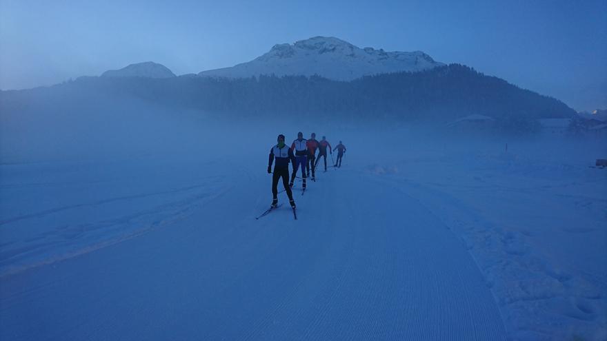Ruderer arbeiten auf Skiern an den Grundlagen